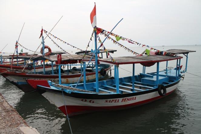 Perahu-perahu wisata yang siap mengantarkan pengunjung ke Pulau Sepanjang