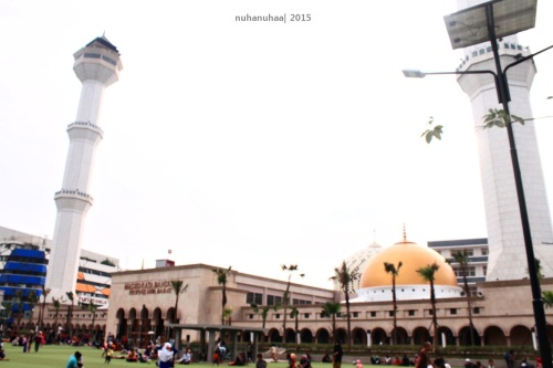 Seperti biasa kalo di Indonesia ada alun-alun, pasti di baratnya ada masjidnya